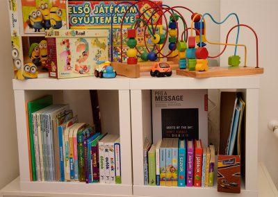 Gyerekjátékok és könyvek